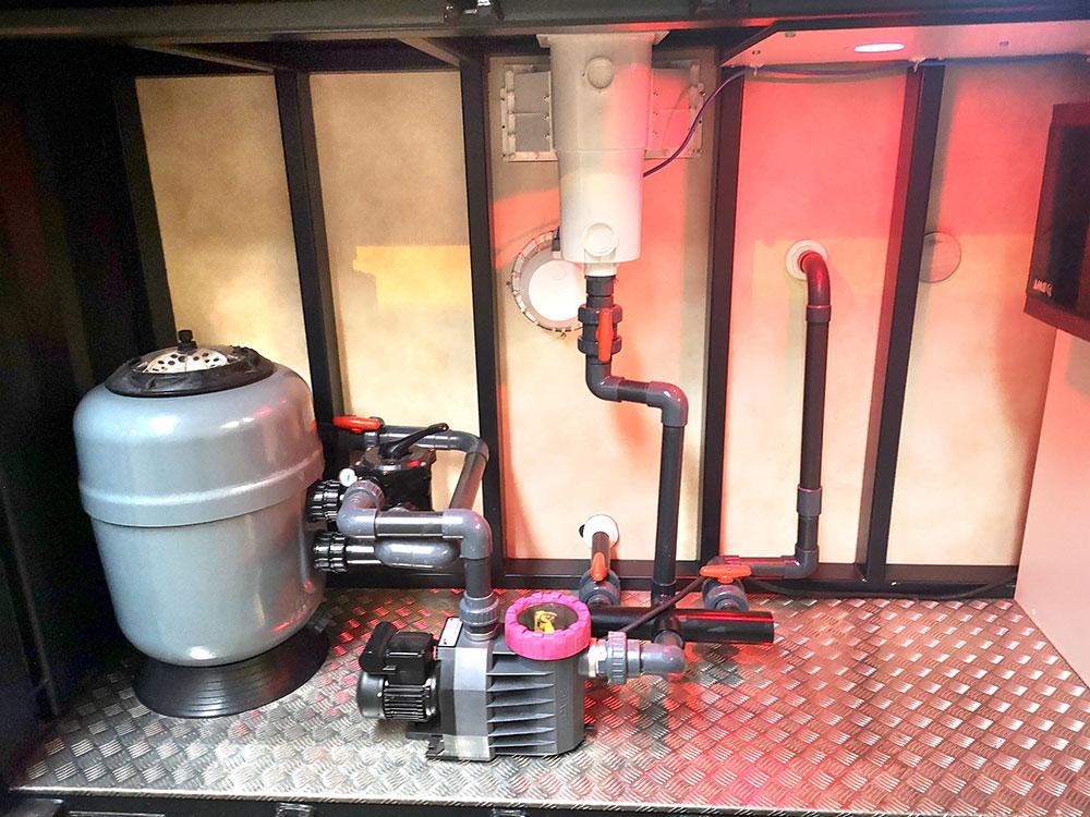 La pompe et le système de filtration d'eau de la piscine container